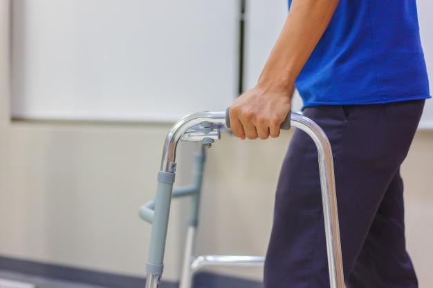 Tập đi bộ phục hồi khớp háng
